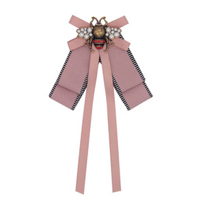 Fashion Designer Spille Retro High Grade Bronzo Spilla Insetto Lega Bee Fabric Pins Monili delle donne Rosa all'ingrosso
