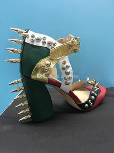 الصورة الحقيقية hotsale المدرج المسامير المسامير مكتنزة كعب سميك الصنادل الجلدية غريبة نمط عالية الكعب الصنادل المرأة أحذية الصيف اللباس الصنادل