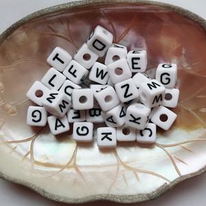 10MM مربع أبيض هول أسود كلمة ALPHABET الخرز 200pcs سحر أبيض أسود أكريليك ميكس الخرز إلكتروني لسوار اسم سوار