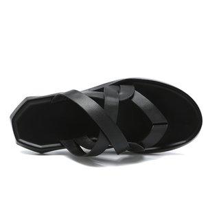 Los hombres zapatos de los hombres zapatos de estilo coreano tendencia Negro y blanco con el modelo del pie sandalias tapando los zapatos de cuero ocasionales sandalias Versitile