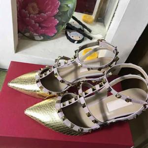 Ladies'Sandals europeas clásicas del estilo de lujo, tacones altos, remaches de oro, zapatillas de vestir, zapatos de moda, fondo plano y fabricación de cuero brillante