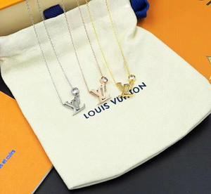 Mode féminine lettre design Pendentif trois couleurs d'or Rose Or Argent Colliers Titane Bijoux acier Coffret cadeau gratuit