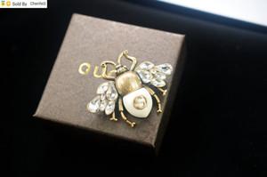 Chenfei3 2KV9 De calidad superior a Celebrity Carta de perlas de diamantes broche broche de joyería decoraciones Carta abeja de la manera arco con la caja