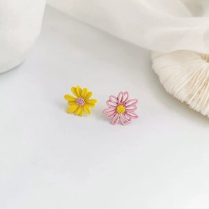 Summer lovely pure and fresh sweet joker color small Daisy flower earrings female net red fashion cute super fairy studs