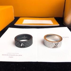 2020 Uomini Titanio Acciaio Donne v gioielleria di lusso Black Gold placcatura scava fuori da sposa cavallo di fidanzamento larghi anelli