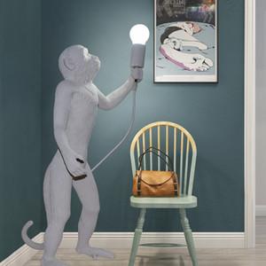 Modern yaratıcı sanat maymun zemin lambası Loft tarzı el yapımı reçine maymun ayakta ışık Sergi Salonu dekorasyon için AC 90-260 V