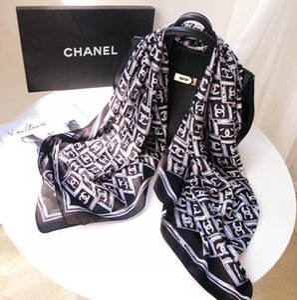 100% pañuelos de seda están diseñados para ambas marcas famosas masculinos y femeninos. Los pañuelos de seda de longitud completa son 180x90cm