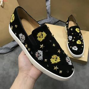 Mocasines planos de calidad superior Remaches estrella Hombres negros Mocasines de terciopelo bordado zapatos de vestir de flores con púas Envío gratis, tamaño: 38-46