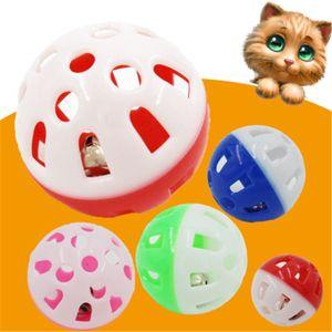 k806 juguetes para mascotas hueco de plástico gato mascota pelota de juguete colores con la pequeña campana Campana Lovable Voz Interactiva bola de plástico