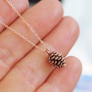 Kleine nette Pinecone Halskette Minimal-Kiefern-Kegel-Halskette Kleine Cartoon Eichhörnchen Halsketten-Anhänger für Frauen N455