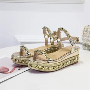 Famoso signore inferiore rossa in pelle cuneo Cataclou sandali d'oro con borchie di brevetto signore cinturino alla caviglia delle donne delle pompe del partito del vestito EU35-42, con la scatola