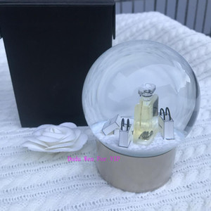 장식을위한 새로운 C 컬렉션 스노우 글로브 향수 병 돔 글로브 럭셔리 골드 하단 특별 선물 참신 선물 제한 VIP 고객
