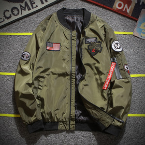 Army Green Bomber Jacket Hombres Moda American Flag Patch Designs Chaqueta piloto Cintas Cremallera Bolsillo de béisbol Uniforme Abrigo masculino