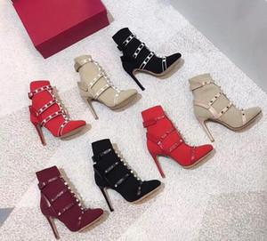 Top Designer Luxo Sock Studs Botas com nervuras Knit Botas gaiola Stud Bootie 10,5 centímetros para mulher Leather aparadas estiramento sapatos de salto alto