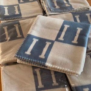 BEST QUAILTY 1Set lana e sacchetto di polvere H Coperta e cuscino blu in morbida lana Scialle caldo portatile plaid divano-letto tiro maglia Towell Capo