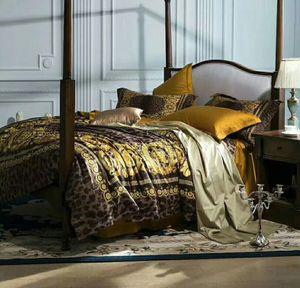 Süper lüks Avrupa tarzı lüks Altın 5adet Yatak Moda Yatak Kral Kraliçe Nevresim Seti Marka Tasarım Leopard Baskı Yatak Setleri set