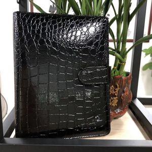 Nuevo cuaderno de cuero de cocodrilo Agenda negra Cuaderno de oficina de lujo Diario de Mans de hombre Diario personal hecho a mano Productos de papelería