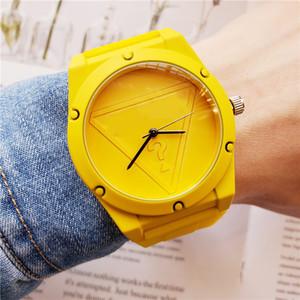 Toptan kaliteli moda eğlence silikon spor lüks severler Erkekler rahat marka öğrencileri Kuvars saat hediye izle seyret