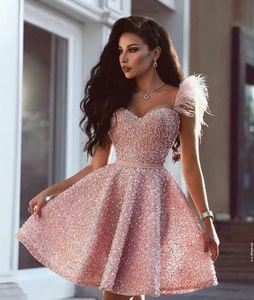 2020 Pink Una línea vestidos de noche de un hombro vestido de fiesta de la perla Vestidos para ocasiones especiales pluma del Rhinestone corto