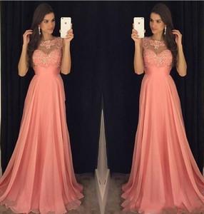 A buon mercato Sexy New Coral Pink Prom Dresses gioiello collo illusione senza maniche in pizzo Appliques in rilievo abito da sera in chiffon Party Pageant abiti formali
