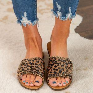 Zapatos femeninos de moda de costura 2020 deslizadores de las mujeres del leopardo del remache de verano Imprimir Luz señoras zapatos planos de la mujer Hook Loop informal Diapositivas