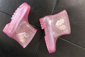 Çocuklar çizmelere Prenses Kız Bebek Jelly Yağmur Botları LED su geçirmez kalp şeklinde şeffaf Kaymaz Yağmur Kısa Çizme A110705 ışıkları Ayakkabı