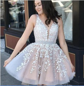 2020 Cheap Sexy Short Mini Cocktail Dresses V Neck Sleeveless Tulle Lace Appliques Sash Sexy Open Back Prom Dress Party Homecoming Gowns