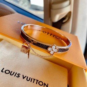 2020 tt luxe Designer Bracelet en acier inoxydable d'or ouvert manchette réglable femmes Bracelets à la mode simple canal Bangles 3d avec la boîte 018