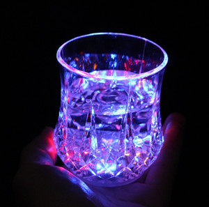 Incandescente d'indicantio acqua trapano faccia tazza di ananas boivent le bar à bière notte campo tema tifo atmosfera romantica puntelli del partito