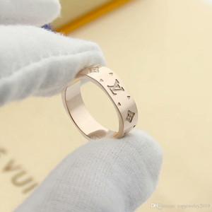 Luxus-Designer-Schmuck Frauen Ringe vierblättrige Blume suqre Bandringe Titan Stahl Silber Gold 18 Karat Gold Verlobungsringe für Frauen stieg