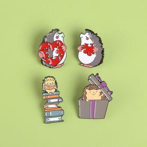Gioielli Hedgehog amanti dello smalto Pin Libri regalo Amore Puzzle Spilla Bag Abbigliamento Lapel Pin Badge Fun Animal regalo per bambini Amici