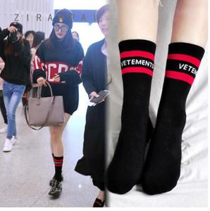여성 스타킹 양말 Vetements 편지 니트 코튼 신발 양말 남녀 공통 중간 송아지 길이 양말 좋은 탄성 크기 37-44 블랙 / 화이트