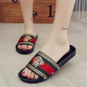 Groß- und Kleinhandel Sommer Männer und Frauen Sandalen Art und Weise beiläufige Pantoffeln buchstabieren Farbe der Sommermänner Pantoffeln Frauen flache Hausschuhe