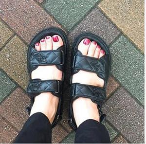 Лили магазин женщин из натуральной мягкой кожи сандалии в клетку петля пряжки обувь увеличилась плоские повседневные сандалии моды черный пляж леди обувь
