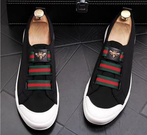 2019 Nuevo bordado Moda casual para hombre zapatos negro / blanco Brillo Ocio Deslizamiento en remaches Mocasines Zapatos de fiesta para hombre Zapatos de vestir de boda