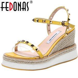 Ayakkabı Kadın T200529 On FEDONAS 2020 En Qualoty Yaz Kadın Sandalet Kama Yüksek Topuklar Açık Burun Metal Dekorasyon Ayakkabı Zarif Tatlı Kayma