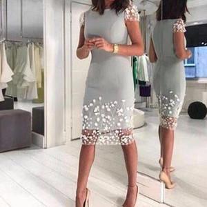 2020 Silver Gray Вышивание мать невесты платья Короткие рукава Оболочка Длина колена мать жениха платье выполненном на заказ