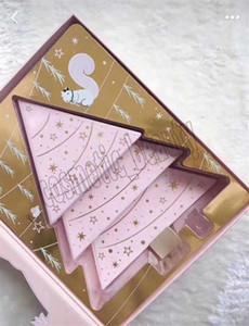 Confronté maquillage cadeau de Noël ensemble sous l'arbre de Noël contient deux ombres à paupières jeu et un jeu fard à joues avec le mascara mieux que le sexe