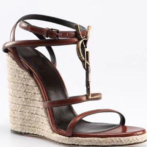 Estilo clásico europeo de lujo Sandalias de mujer Zapatillas de moda Sandalia atractiva Estilo de tejer Costura y confección de hebillas de cuero