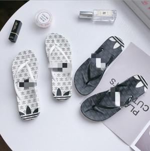 Chanclas de diseñador Zapatillas de mujer de moda antideslizantes Sesistance Striped Sandals con suela de goma con correa de goma Flip flops