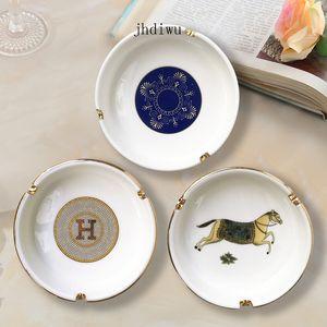 La forma redonda de la caja del sostenedor del cenicero ceniza cerámica del caballo del patrón del Ministerio del Interior de mesa Hermosa Decoración del arte para Fumadores