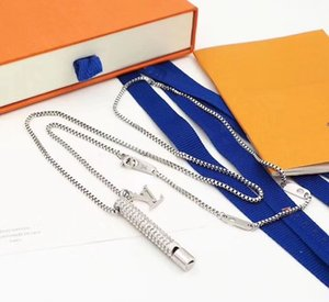 Nuevo llegan los hombres de moda de señora Women de titanio de acero de color plateado, cristales Metal collar con grabado V Iniciales Embellished silbato del encanto