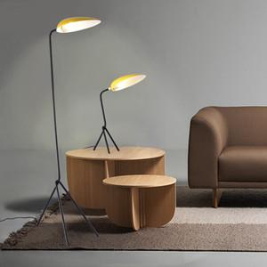 Nordic simple diseñador de lámparas de pie sala de estar moderna decoración casera llevó la lámpara de pie Estudio Macaron cabecera del dormitorio Lámparas de mesa