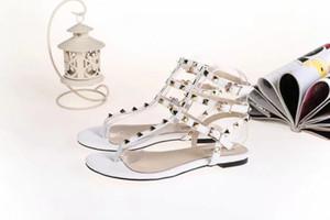 Venda quente Zapatos Mujer Cor Rebites Cravado Gladiador Sandálias Flat Pedras Cravejado Flip Sandália Tamanho Grande Designer de Sapatos Baratos das Mulheres de Verão