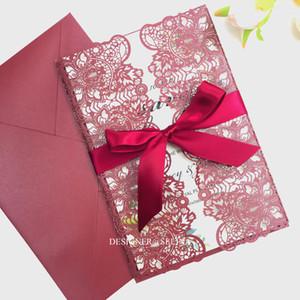 Марсала Laser Cut Wedding предлагает с красной лентой Burgundy для печати дамасской Приглашения для Quinceanera Bridal Shower Birthday Party