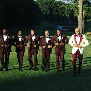 Nach Maß Weiß Bräutigam Smoking Hochzeitsanzüge für Männer Blazer Mann Outfit Roten Schal 2 Stück Plus Größe Burgund Groomsmen Wear Kostüm Homme