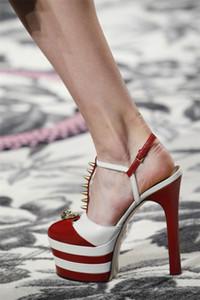 НОВЫЕ Тенденции Моды от Весна Лето t-starp Сандалии Платформы Studed Насосы Женщины Сексуальные Высокие Каблуки С Золотыми Заклепками Обувь Женщина