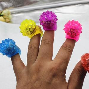 Großhandel Erdbeere-Glühen-Licht-Ring-Fackel LED-Finger-Licht Flash-Beams Licht Halloween-Party-LED Spielzeug Hochzeit Supplies DBC BH2911