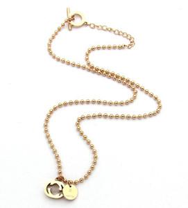 La collana calda della catena della perla del tallone di lettera di vendita calda vuota di Europa e degli Stati Uniti modella la collana femminile d'acciaio di titanio della marea selvaggia