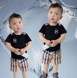 Sommerjungenmädchensätze Babykindsätze Plaidbuchstabe kurzärmeliges shirt + plaid schließt Kinderkleidungssätze 2 Farben Verschiffen frei